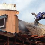 屋根の解体はどのように行われるのか?屋根が引きはがされる瞬間は必見!