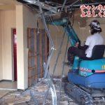 建物内に重機?広い室内での内装解体には重機も運用できます